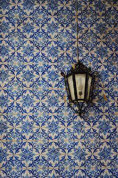 Azulejos, typische Fliesen Portugals in einer Mauer von Lissabon mit einem Laternenpfahl oder einer  von Carolina Reina