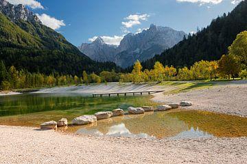 Het meer van Jasna in de bergen in de herfst in Slovenië van iPics Photography