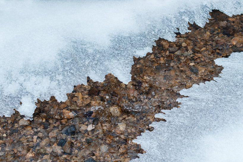 dunne ijsplaat met gekartelde randen over stromende stroom van Besa Art