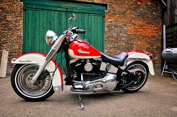 Harley Davidson Heritage Softail motorfiets voor een schuur. van Sjoerd van der Wal