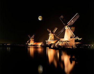 Maan boven verlichtte molens van Rene van der Meer