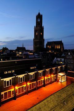 De binnenstad van Utrecht met Domkerk en donkere Domtoren sur Donker Utrecht