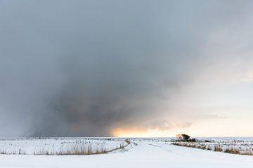 Dreigende sneeuwbuien boven Ameland van Nicole Nagtegaal