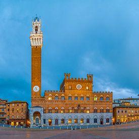 Siena - Piazza del Campo - blue hour van Teun Ruijters