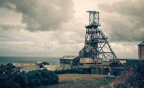Verlaten mijnbouw stadje aan zee in Engeland, Cornwall