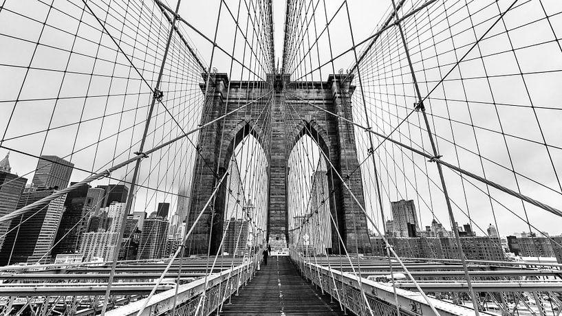 Brooklyn Bridge - New York (schwarz weiß) van Sascha Kilmer