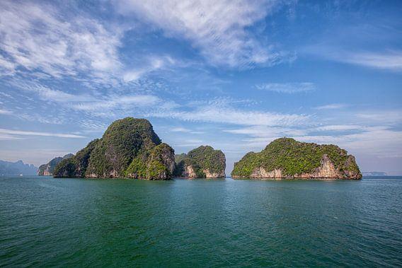 Mooi glashelder water en hoge kliffen op een tropisch eiland. Thailand
