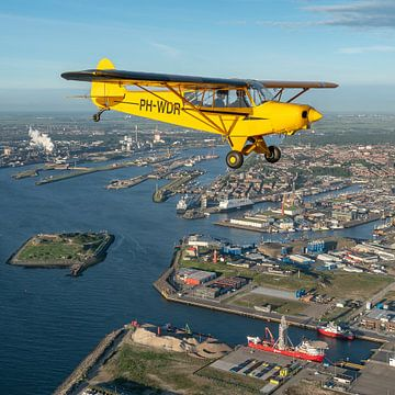 Piper Super Cub vliegtuig boven IJmuiden van Planeblogger