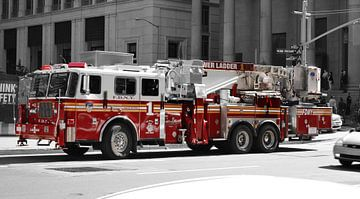 Brandweerauto van New York, Amerika (zwart wit en rood)) van Be More Outdoor