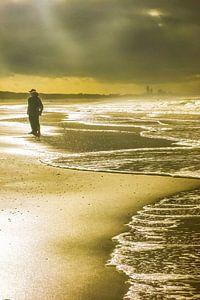 Katwijkse vloedlijn bij zwaar weer met doorbrekende zon