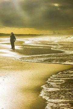 Katwijkse vloedlijn bij zwaar weer met doorbrekende zon von Anneriek de Jong