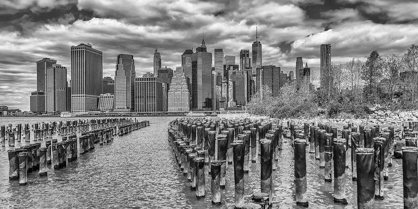 NEW YORK CITY ligt Aan het water in Brooklyn | Panorama-monochroom van Melanie Viola