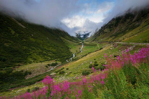 Laaghangende bewolking boven de prachtige Nufenenpas in Zwitserland van Paul Wendels