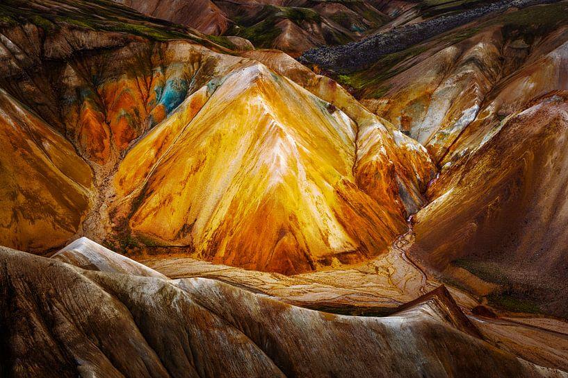 Kleurrijk vulkanisch landschap op IJsland van Chris Stenger