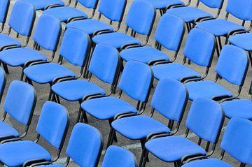 Blauwe stoelen in een arena van Lars-Olof Nilsson