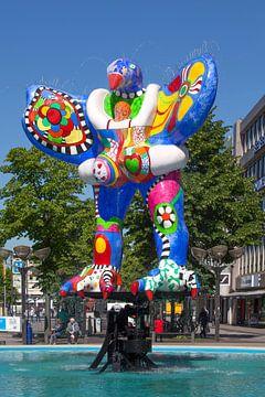 Sculpture de fontaine Livesaver dans la zone piétonne Koenigstrasse, Duisburg, Rhénanie du Nord-West sur Torsten Krüger