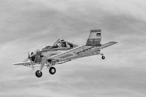 PZL-106 Kruk am Himmel in schwarzweiß