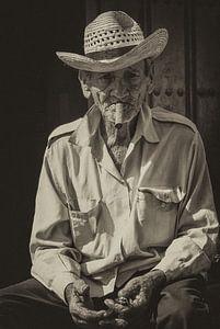 Portret van een Havana rokende, lokale Cubaan in de straten van Havana, Cuba