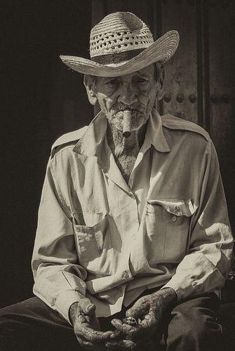 Portret van een Havana rokende, lokale Cubaan in de straten van Havana, Cuba van Original Mostert Photography