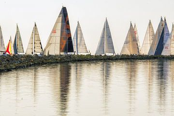 Zomer in Friesland op het IJsselmeer bij Stavoren. sur