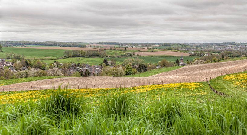Uitzicht over Eys en Gulpen in de bloesemtijd van John Kreukniet