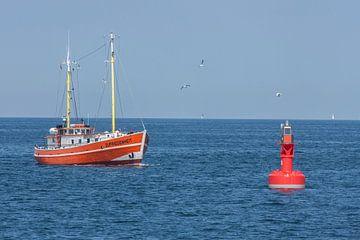 Warnemuende : Fischkutter in der Ostsee mit Boje van