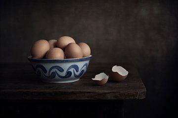 Modernes Stillleben Eier in blauer Schale von Silvia Thiel