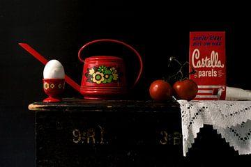 Bild eines Stilllebens mit rotem Retro-Zeug. von Therese Brals