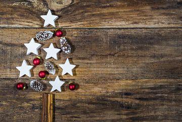 Kerstboomvorm met versieringen, rode ballen, witte sterren van Alex Winter