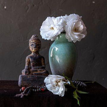 Nature morte avec une statue de Bouddha et des roses sur Affectfotografie