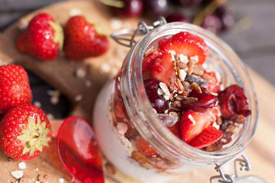 Ontbijtje met aardbeien en kersen van Willy Sybesma