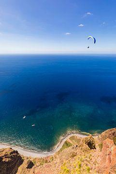 Paraglider bij Cabo Girao op Madeira van Werner Dieterich