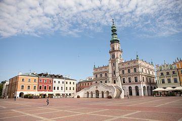 Stadhuis en plein in Zamosc stad in Polen van Eric van Nieuwland