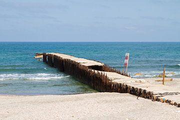 Oude pier in zee van Sander Meijering