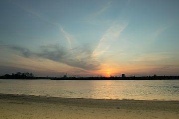 Gouden uurtje, zonsondergang bij de Waal vlakbij Nijmegen van Rianne Groenveld