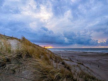 Zonsondergang met duin en zee van Dirk van der Plas