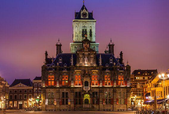 Stadhuis Delft bij avond van Ilya Korzelius