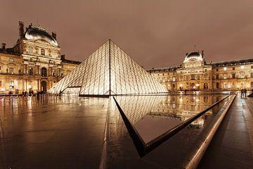 Glazen piramide in het Louvre, Parijs van Markus Lange