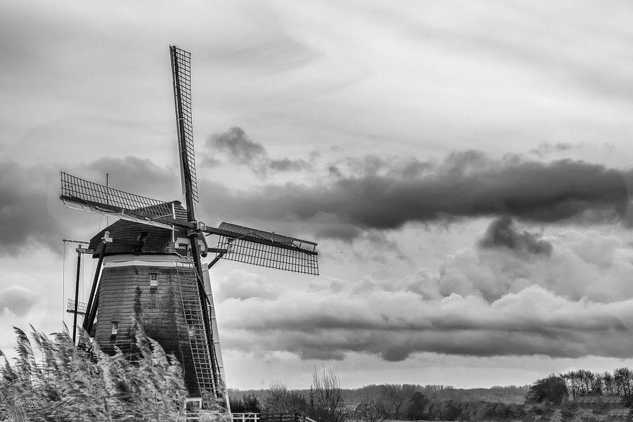 Molen met Hollandse luchten (zwart wit) van Jacqueline de Groot