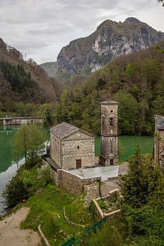 Kirche in der Toskana im Tal neben dem See von Joost Adriaanse