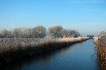 Nederlands kanaal in winterlandschap van Cora Unk