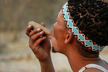 rauchende San in Botswana von Marieke Funke