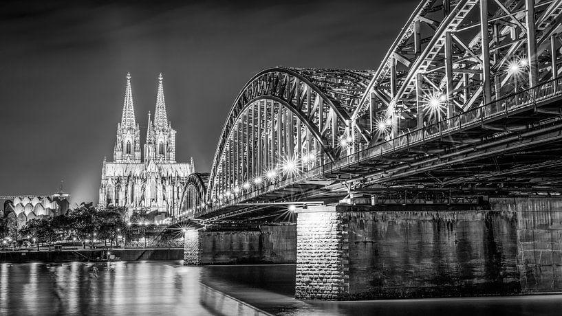 De Dom van Keulen 's nachts in zwart-wit van Günter Albers