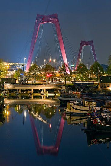 Reflectie Willemsbrug te Rotterdam van Anton de Zeeuw