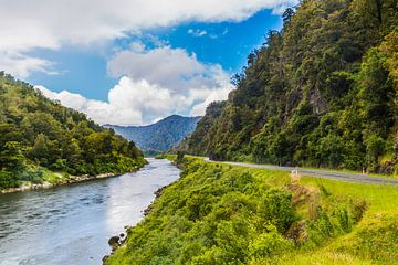 rivier en bergen Nieuw Zeeland van Ivo de Rooij