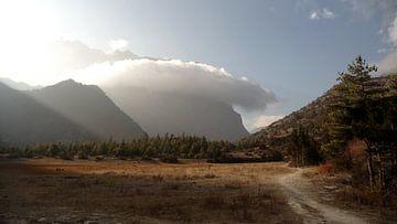 'Wolk omhelst berg', Pisang- Nepal von Martine Joanne