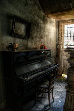 Een piano in een verlaten villa von Melvin Meijer