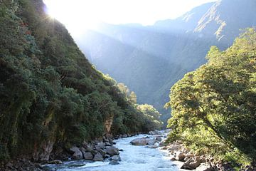 Incatrail - Rivier bij Machu Picchu Peru van Martin van den Berg Mandy Steehouwer