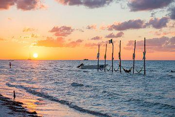 Zonsondergang op het prachtige eiland Isla Holbox in Mexico van Michiel Ton