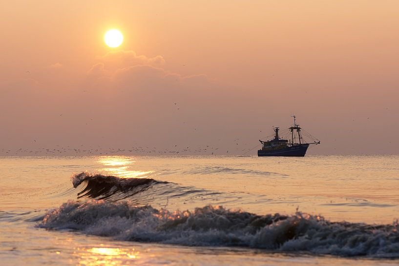 vissersboot op zee van Dirk van Egmond